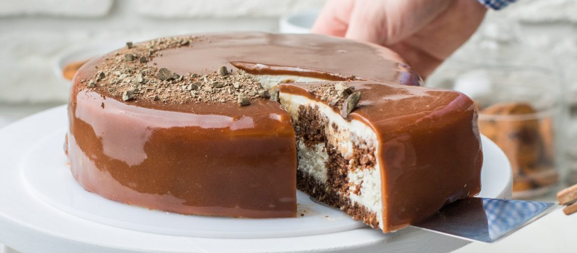 plate-of-cake-with-chocolate-frosting-2680603